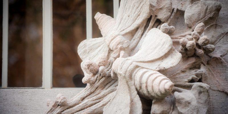 Particolare dei decori esterni. Le farfalle del baco da seta in cemento modellato