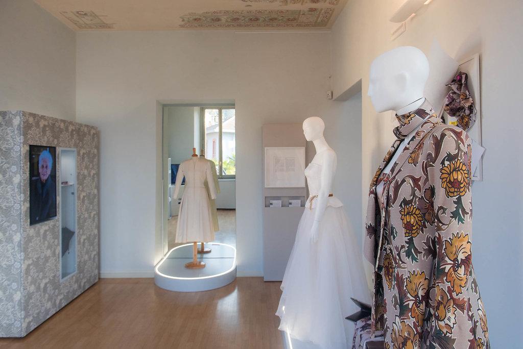 """Museo: particolare della """"Stanza del pavone tacchinato"""". Capi di collezioni antiche e moderne"""